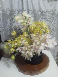 裕文のシンビジュームがどんどん開花するので、生け花にするのが、大変です。三種類入っています。